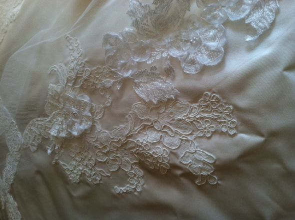 2 different types of lace (dress/veil)?