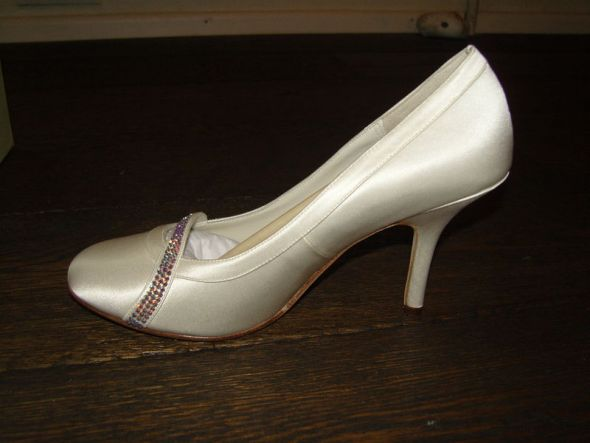 Wedding shoes with a blingFOR SALE size 6 brand new