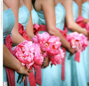 Malibu blue bridesmaid dress, what colors go well for flowers?!? : Roses