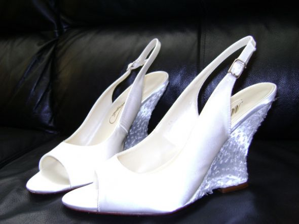 25 wedding wedges bridal shoes 75 1 white Wedding Shoes2