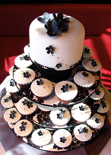 Ideas for a Black, Silver, White  Wedding? :  wedding black white silver color Wedding Cupcakes 03